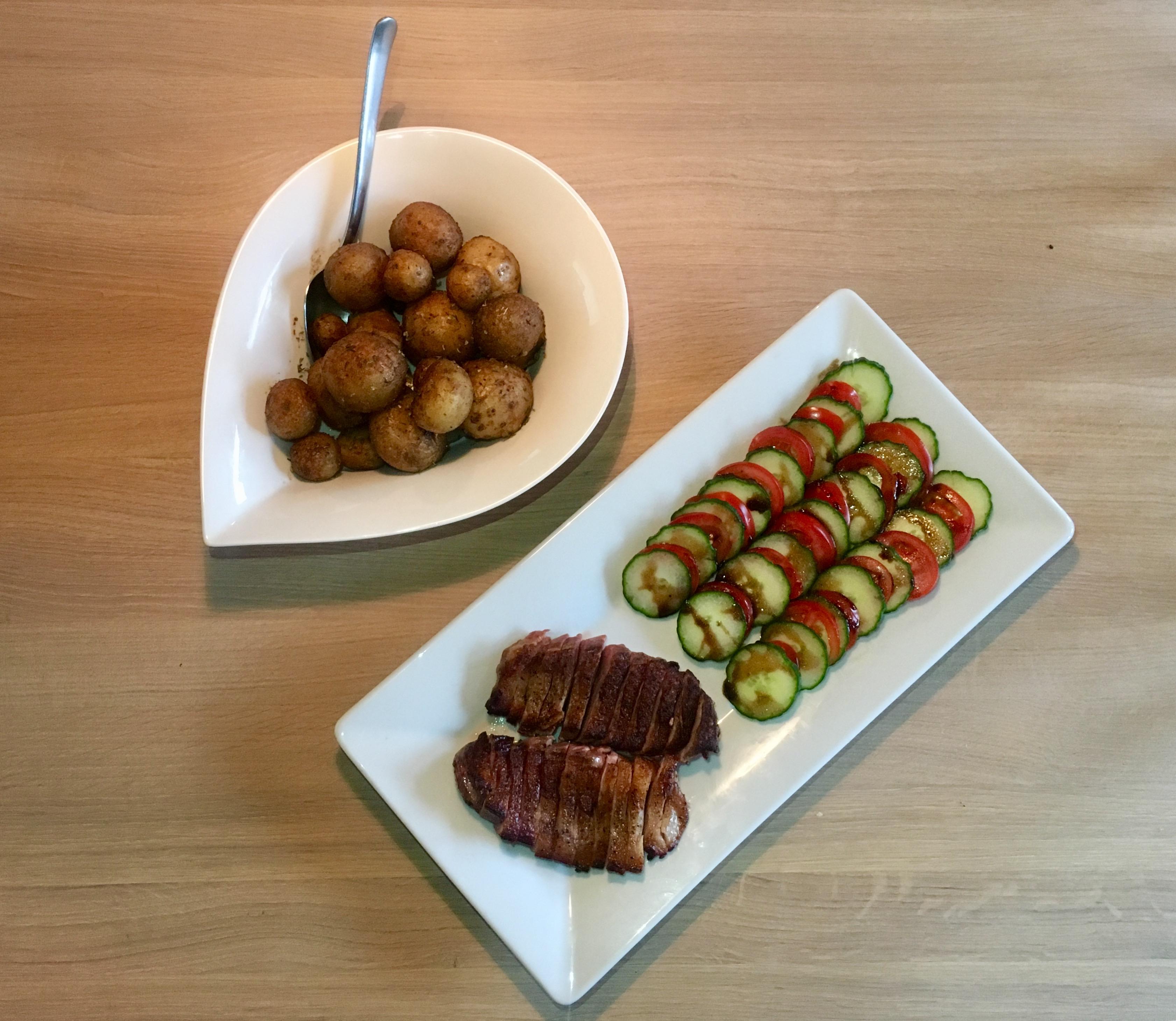 Andebryst med stegte kartofler og tomatsalat