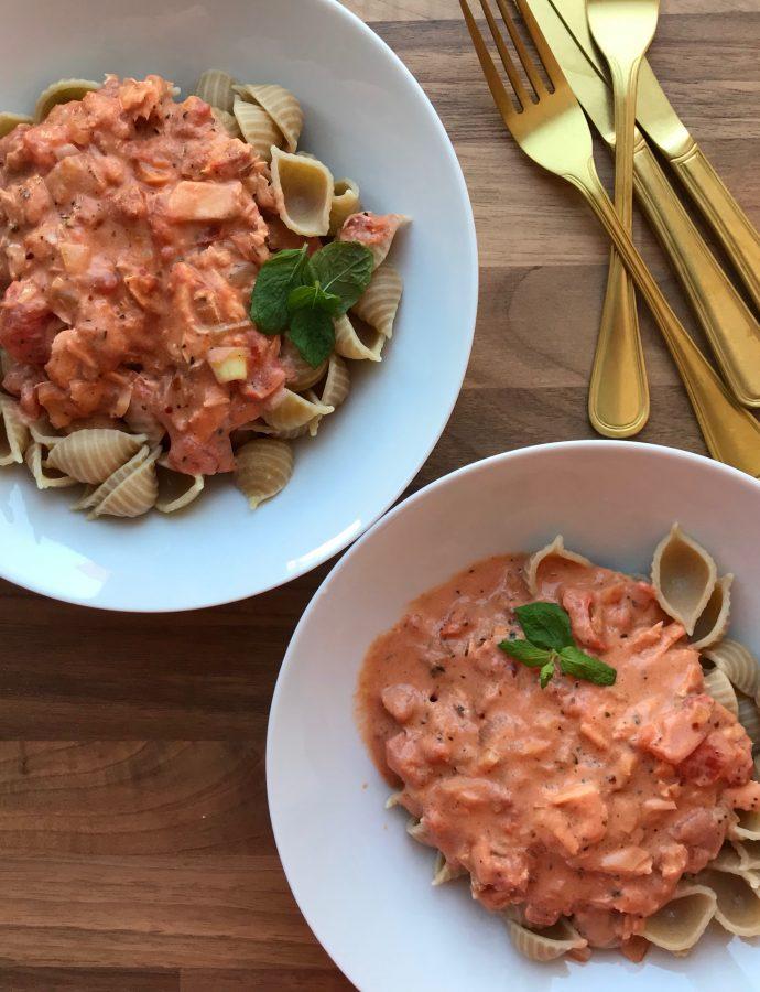 Laks i tomatflødesovs og chili