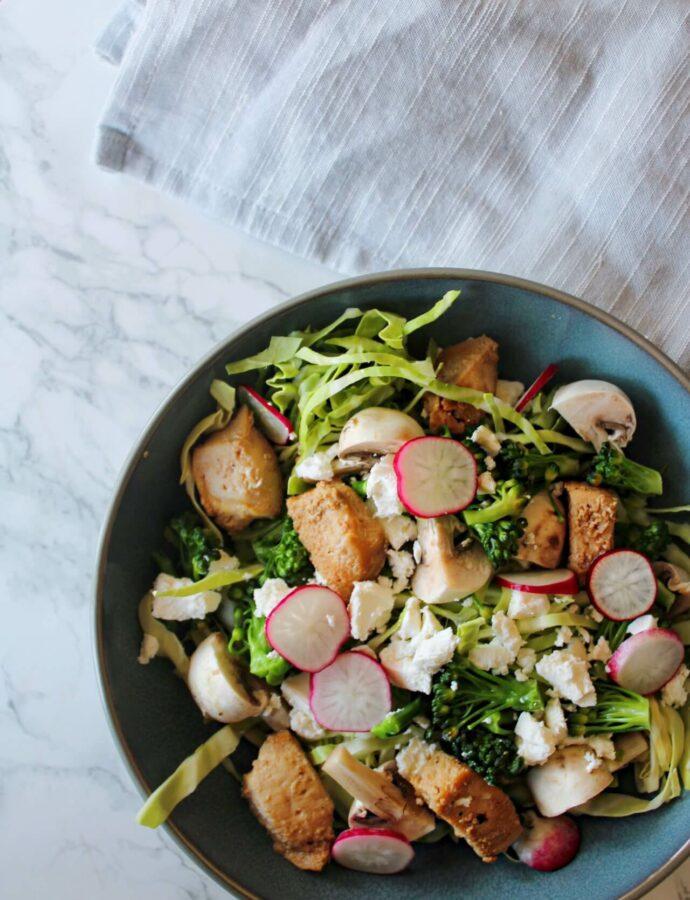 Salat med kylling, broccoli, spidskål og radiser