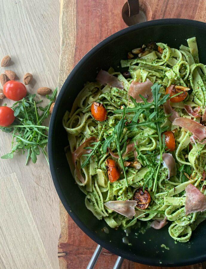 Tagliatelle pasta med serranoskinke og rucolapesto