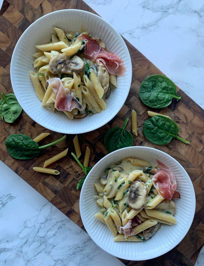 Pasta penne med gorgonzola, spinat og champignon