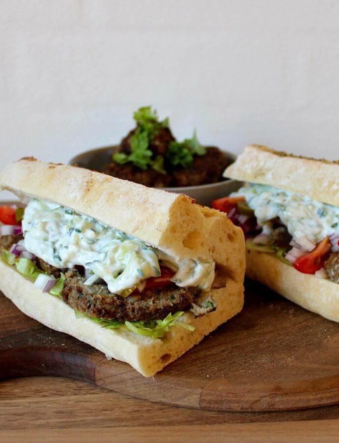 Græsk frikadelle sandwich