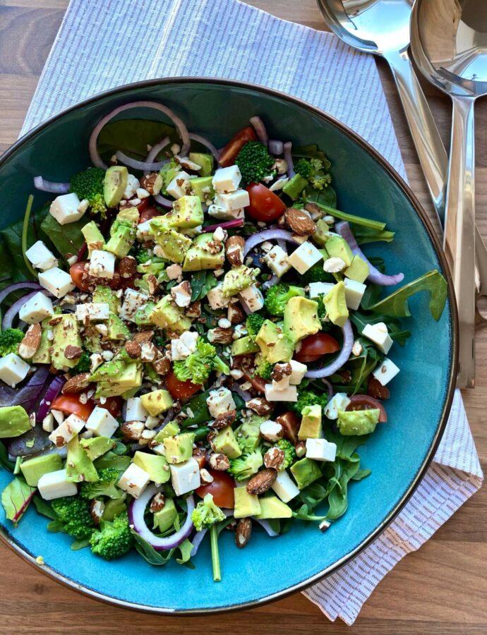 Salat med broccoli, avokado, feta og mandler